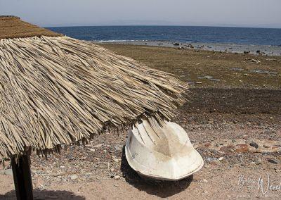 12 augustus 2010 - Parasols op het strand in Dahab, Egypte